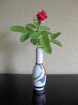 御神酒徳利に生けたミニのバラ