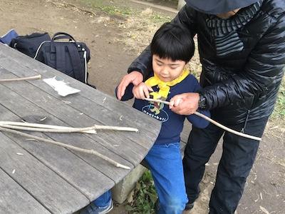スモア用に枝を削って串を作る.jpg
