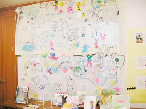 子供たちが楽しく描いたはじめてのアート。