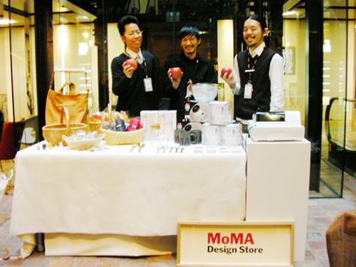 MoMAの皆さんも引き続き出店!かわいらしいキッチン雑貨や面白いギミックの雑貨など。りんごでポーズ!