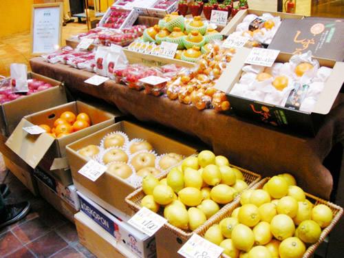 国産レモンも大人気。中でもおすすめはこの時期食べれる早生みかん「しずる」。むきやすく上品な甘さ。