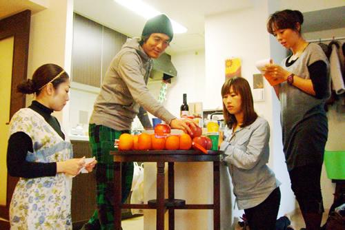 準備の合間にフルーツの説明。食べごろやシーズンなど意外と知られてないフルーツ知識を。皆、真剣です!