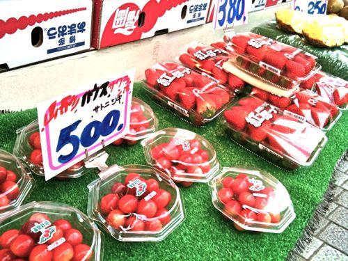 イチゴとサクランボのそろい踏み。季節の変わり目を感じます。