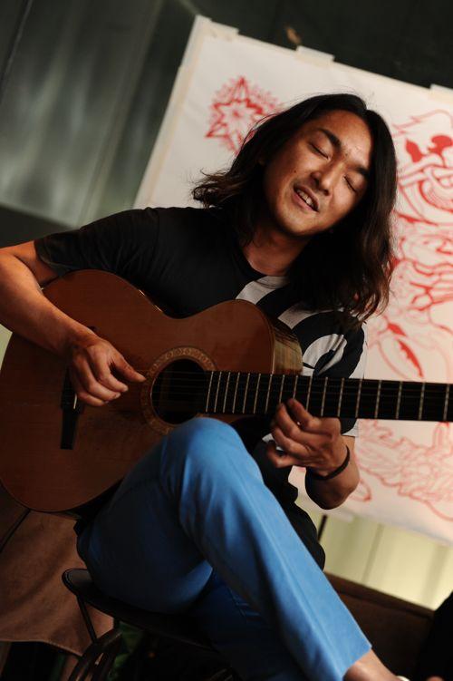 飛び込みで駆けつけてくれたJazzギタリスト小沼ようすけさん。音と遊ぶように弾き語ります。