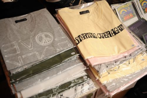 あわせてAkila自身がプロデュースするツアーTシャツ。OVERSTOREで入手が可能だ。