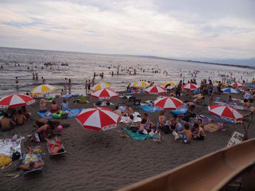 江ノ島のビーチはやっぱり大にぎわい!