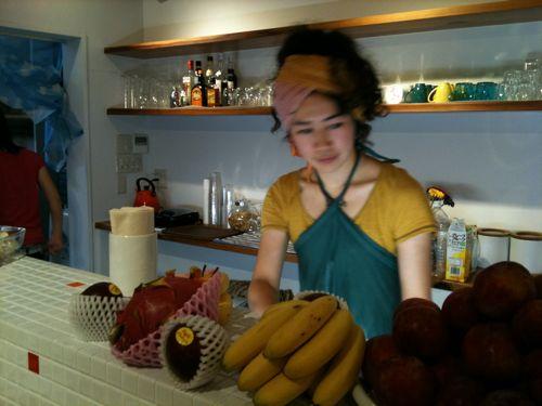 キッチンでフルーツをカットするきゃっしー。なんか様になってる。