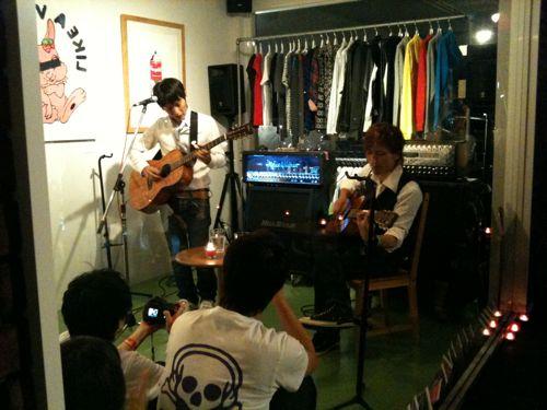 MADBUNNYが応援しているアコースティックユニットTONITE。ギターも歌も盛り上がりました!