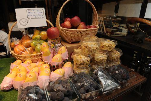 今回から本格的にフルーツの販売も。イベントで美味しかったら買って行ってやー!
