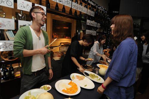 Shin5 a.k.a. DJ La-niもフルーツサーブ!フルーツを通して会話が生まれます。