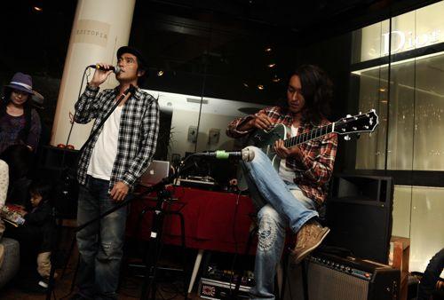 主催DaiDaiのイントロダクションからギターを奏ではじめる小沼さん。