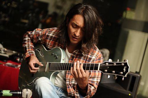 鮮やかに艶っぽくギターの上を指が駆け巡る。
