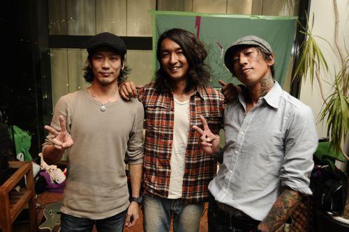 左からディジュリドゥ奏さん、JAZZギタリスト小沼ようすけさん、そしてフタバレコーズからAkilaくん。ライブ最高でした!