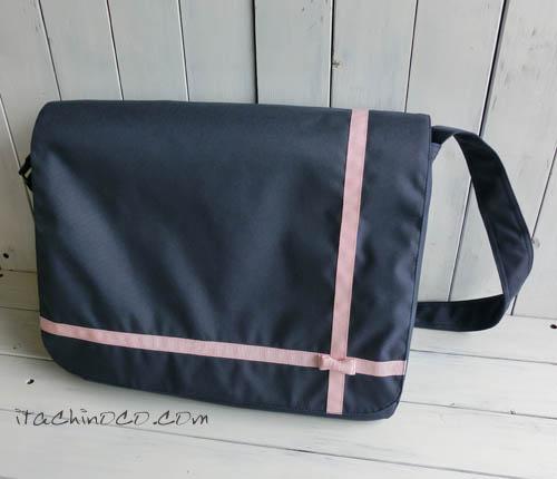 ピンクリボンの紺色斜めかけバッグと鍵盤ハーモニカ袋1