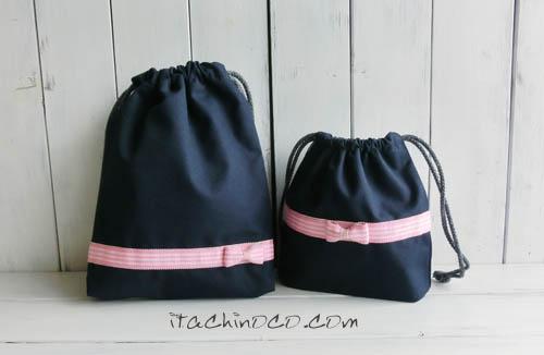 ピンクリボンの紺色斜めかけバッグと鍵盤ハーモニカ袋2