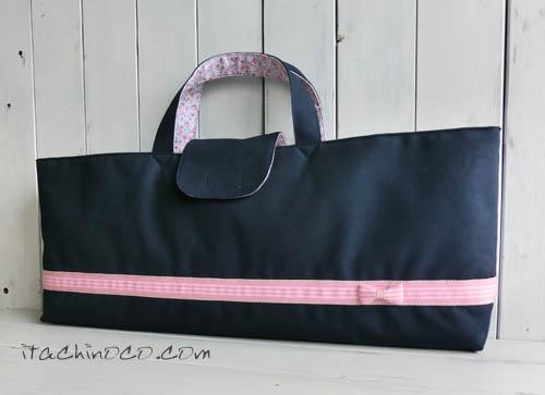 ピンクリボンの紺色斜めかけバッグと鍵盤ハーモニカ袋3