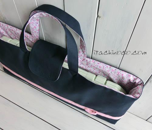 ピンクリボンの紺色斜めかけバッグと鍵4ハーモニカ袋4