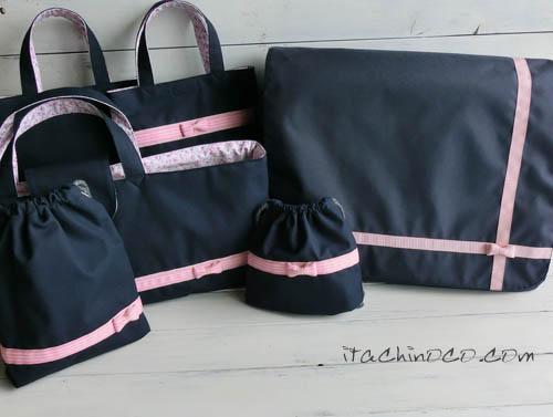 ピンクリボンの紺色斜めかけバッグと鍵盤ハーモニカ袋7