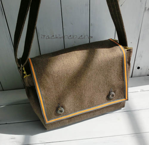 カラシ色とこげ茶色の斜め掛け通園バッグ2
