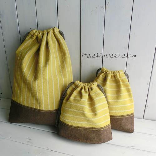 カラシ色とこげ茶色の巾着袋