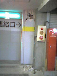 駐車場の柱(地震の影響か)