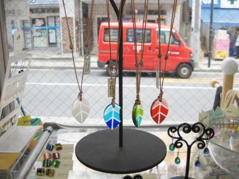 glass hoppers 芳賀紀子作 葉っぱのペンダント
