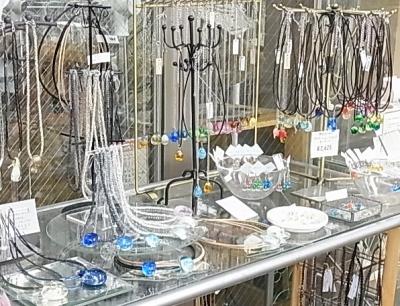 『シンプルガラスドロップアクセサリー展』
