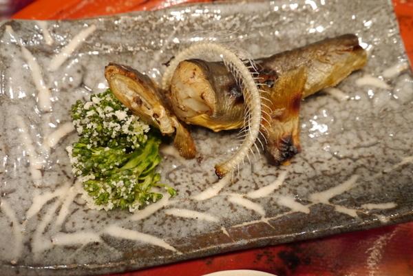 草喰 なかひがし 岩魚の焼き物(アップ)