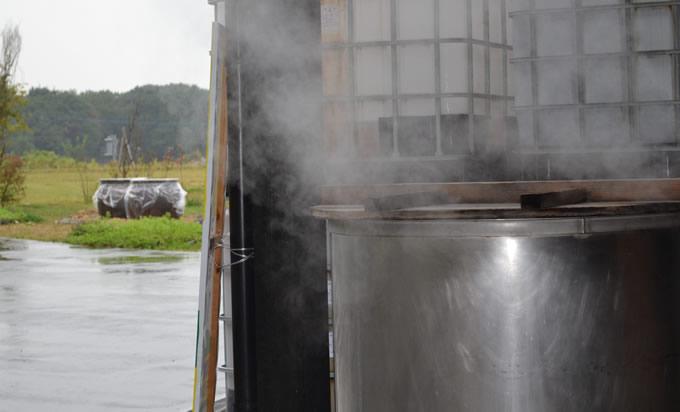 玄米を蒸しています