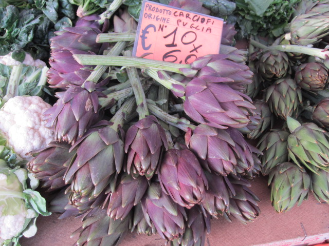 南部プーリア産のアーティチョーク。新鮮なのは薄く切ってエキストラバージンオリーブ・オイル、ビネガーとでサラダに。ソテーしてよし揚げてよし。冬に欠かせない野菜の一種。