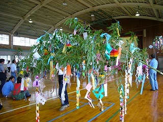 七夕飾りの横で箸作り