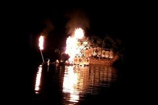 沖で燃えていく舟