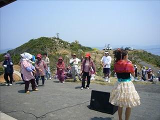 久賀島つばき音頭を歌い踊る