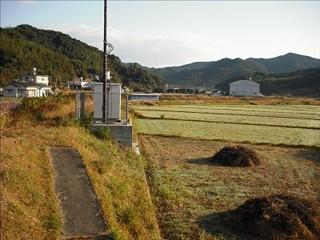 市小木から久賀中学校を見る