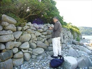 石塁を調査している吉田先生