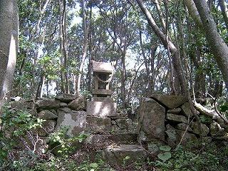 久賀湾に浮かぶ弁天島の祠