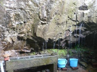 巌屋の観音・岩から水