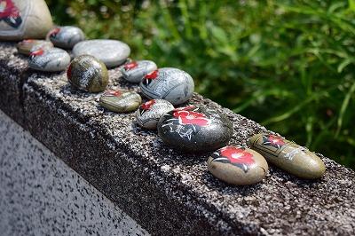 椿の絵を描いた小石