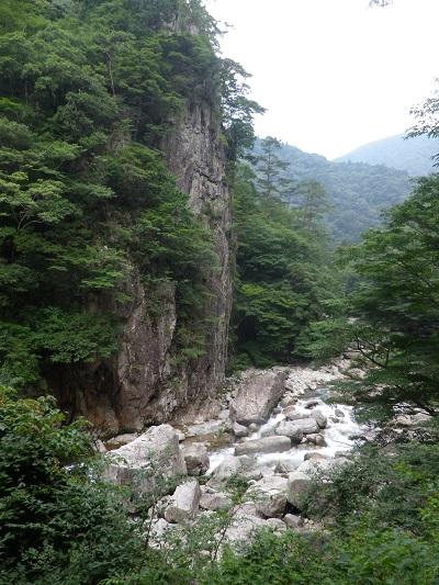 断崖絶壁の急流