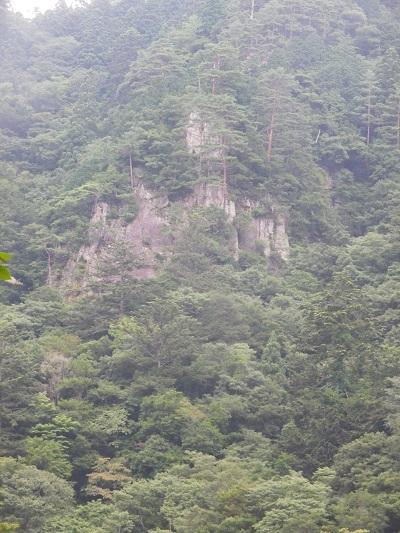 聳え立つ岩