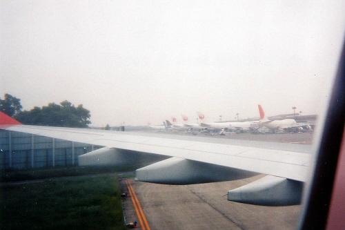 アメリカ・カナダ旅行記北米大陸三大絶景をめぐる旅JTB旅物語パッケージツアー「カナダ・アメリカ三大絶景 クリスタルルート 9日間」成田国際空港(NRT)第2ターミナル前を通過し第1ターミナルへ