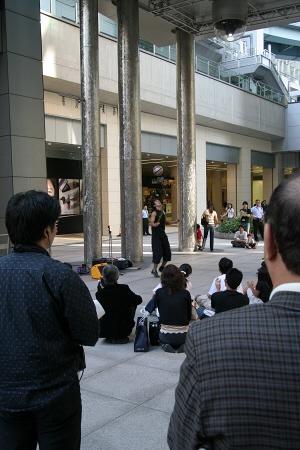 汐留日本テレビ前の広場で大道芸を披露するジャグラー(?)一発芸?余興?隠し芸?大道芸人?