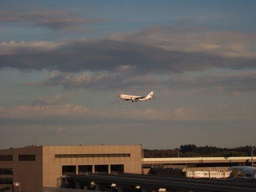 成田空港第2旅客ターミナル見学デッキ中国東方航空機