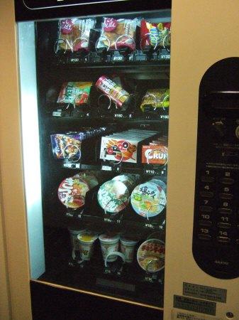 成田空港周辺ホテルホテル日航ウインズ成田1階フロントロビーカップ麺の自販機