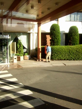 ホテル日航ウインズ成田に赤い郵便ポスト
