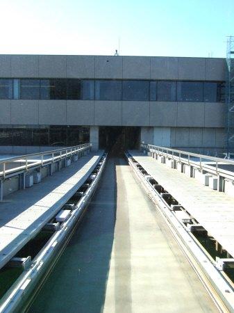 成田空港第2旅客ターミナルサテライトへの連絡用電車連絡用シャトルシステムから見た風景