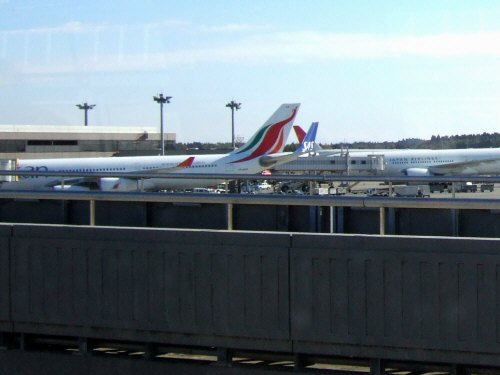 成田空港第2旅客ターミナルサテライトへの連絡用電車連絡用シャトルシステムから見た風景Srilankan Airlines A-340-300