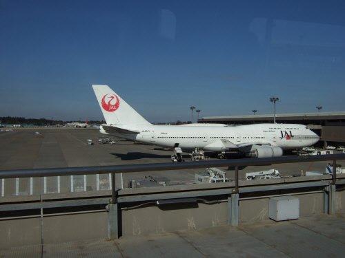 成田空港第2旅客ターミナルサテライトへの連絡用電車連絡用シャトルシステムから見た風景日航JAL日本航空B747-400 JA8071Japan Airlines