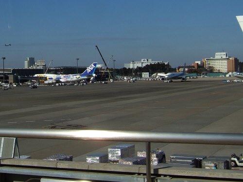 成田空港第2旅客ターミナルサテライトへの連絡用電車連絡用シャトルシステムから見た風景B747-400テクノジャンボANA全日空ピカチュウジャンボポケモンジャンボポケモンジェットピカチュウジェット