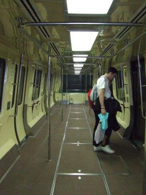 成田空港第2旅客ターミナルサテライトへの連絡用電車連絡用シャトルシステム車内の様子:スペイン旅行記